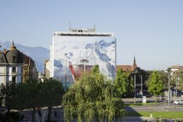 """Think of Switzerland"" de Martin Parr, sur la façade de la BCV. Photo © Céline Michel / Festival Images Vevey 2016"
