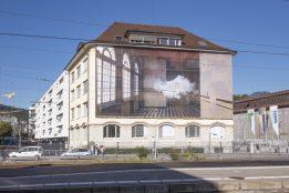 """""""Nimbus"""" de Berndnaut Smilde sur la façade d'Andritz Hydro. Photo © Delphine Schacher / Festival Images 2016"""
